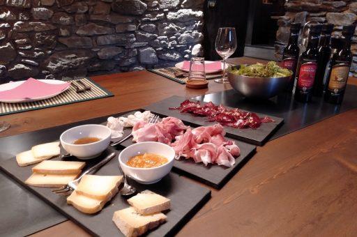 Apericena. La motzetta con olio di noci, il VdA Jambn de Bosses, lo Jambon di StOyen, il VdA Lard di Arnad. Le tome di Alpeggio, la fontina estiva, il bleu d'Aoste. I vini di Anselmet.